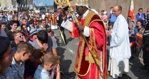 Cardinal-Sarah-Pélerinage-de-Chartres-1242x660.jpg
