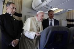 pape sadresse-journalistes-avion-retour-Madagascar_0_729_486.jpg