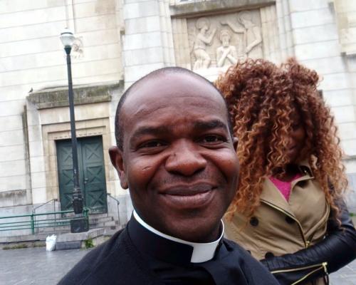 Prêtre africain à Molenbeek.jpg
