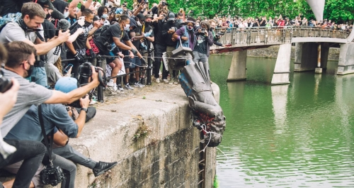 la-statue-dun-marchand-desclaves-dégradée-pendant-les-manifestants-antiracistes.jpg