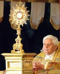 procession Benoit XVI.jpg